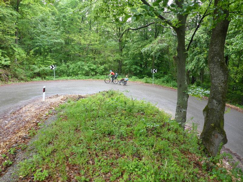 подъем по серпантину в велопоходе по горам сербии