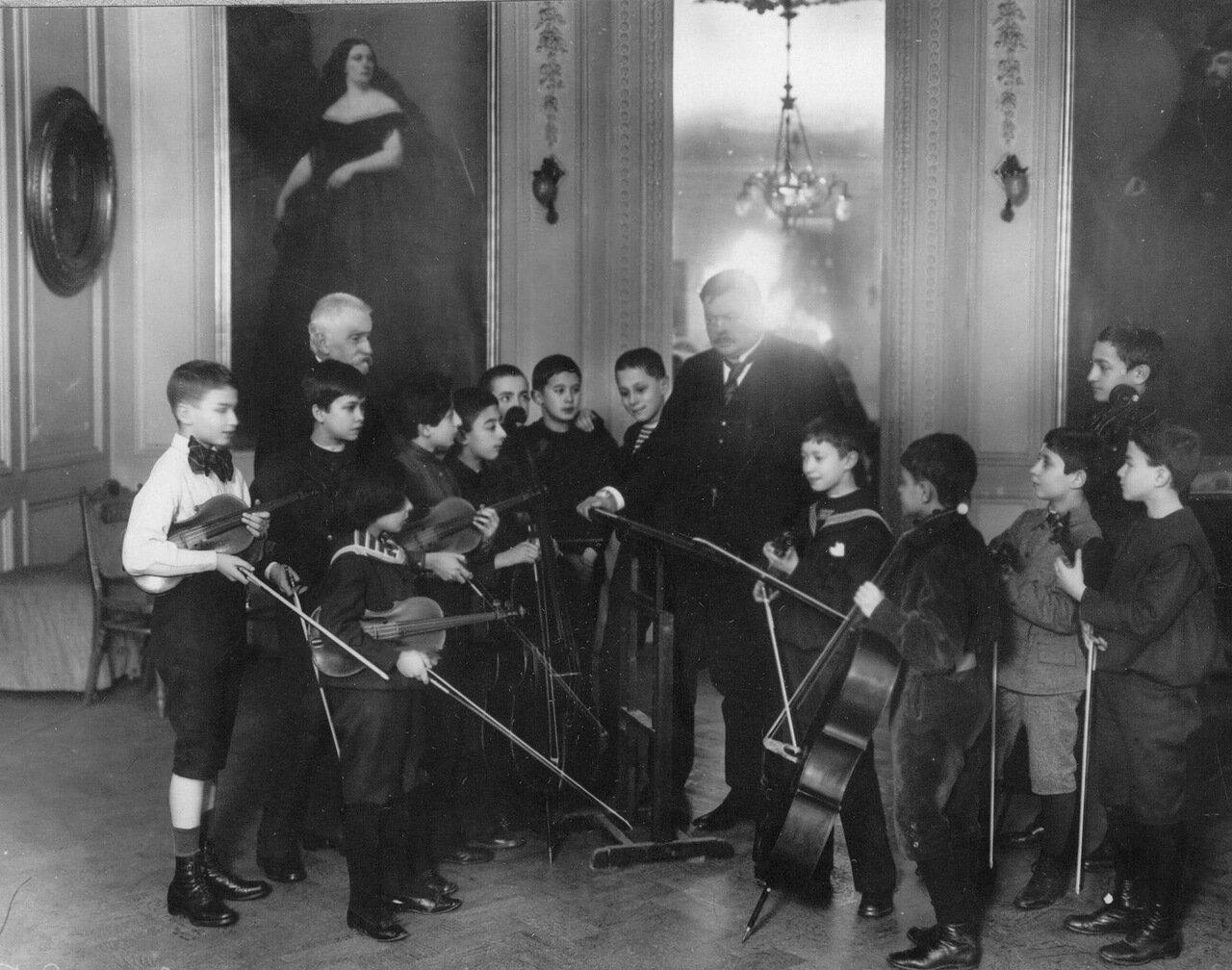 34. Группа мальчиков из оркестрового класса с директором А.К.Глазуновым