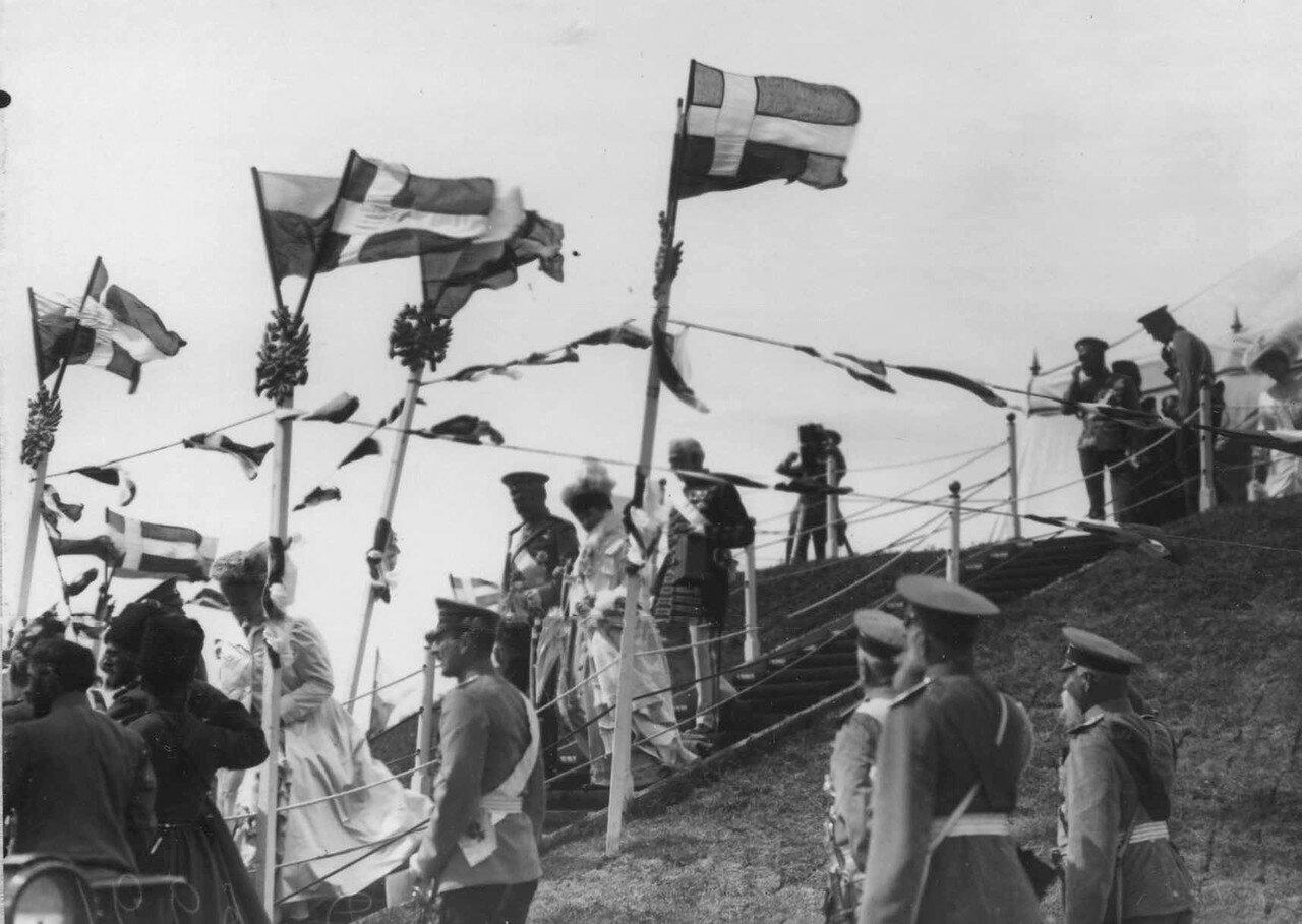 36. Император Николай II и датский король Фридрих VIII с членами императорской фамилии спускаются с царского валика после окончания марша. 7 июля 1909