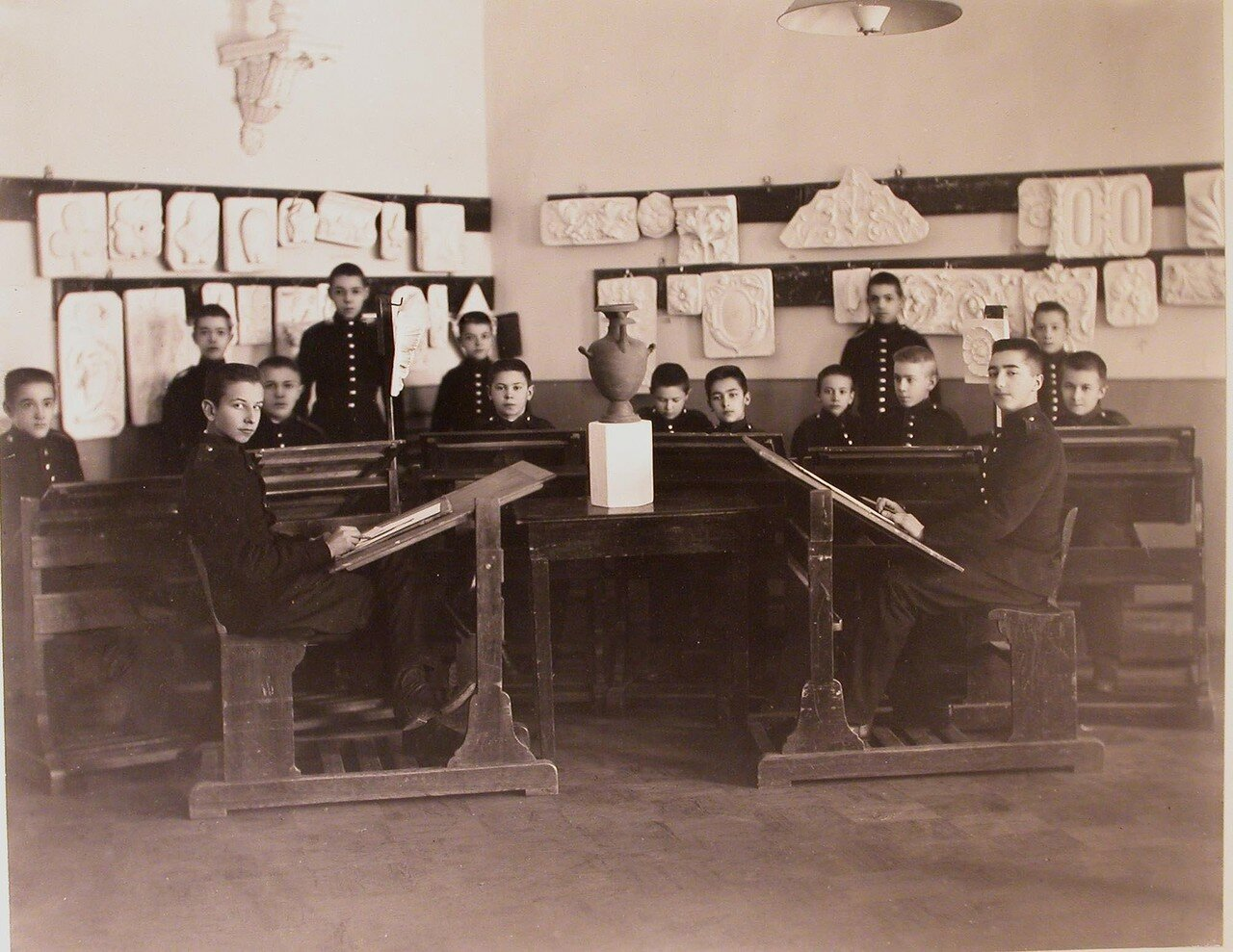 04. Воспитанники одного из классов кадетского корпуса во время урока рисования