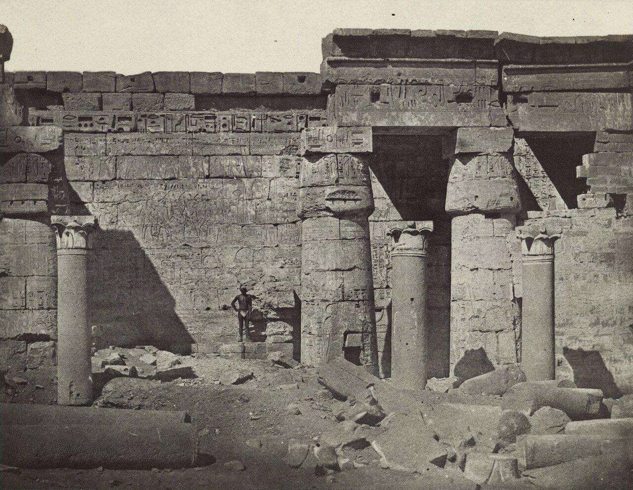 Мединет-Абу. Двор храма Рамзеса III. 1849
