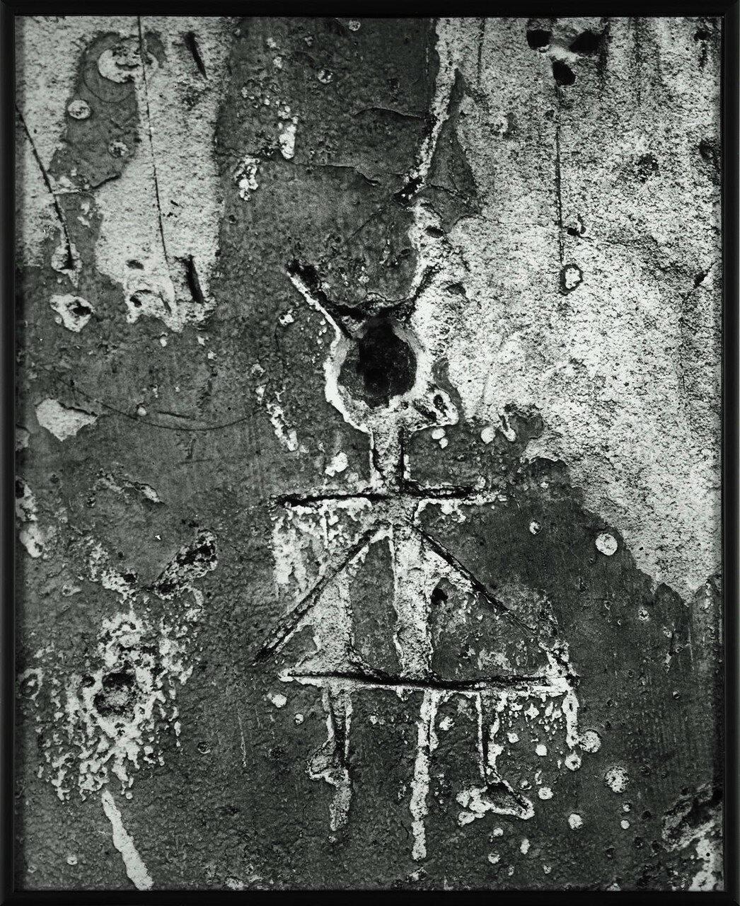 1930. Граффити. Серии IX Примитивные изображения. Маленький гоблин в треугольной юбке.