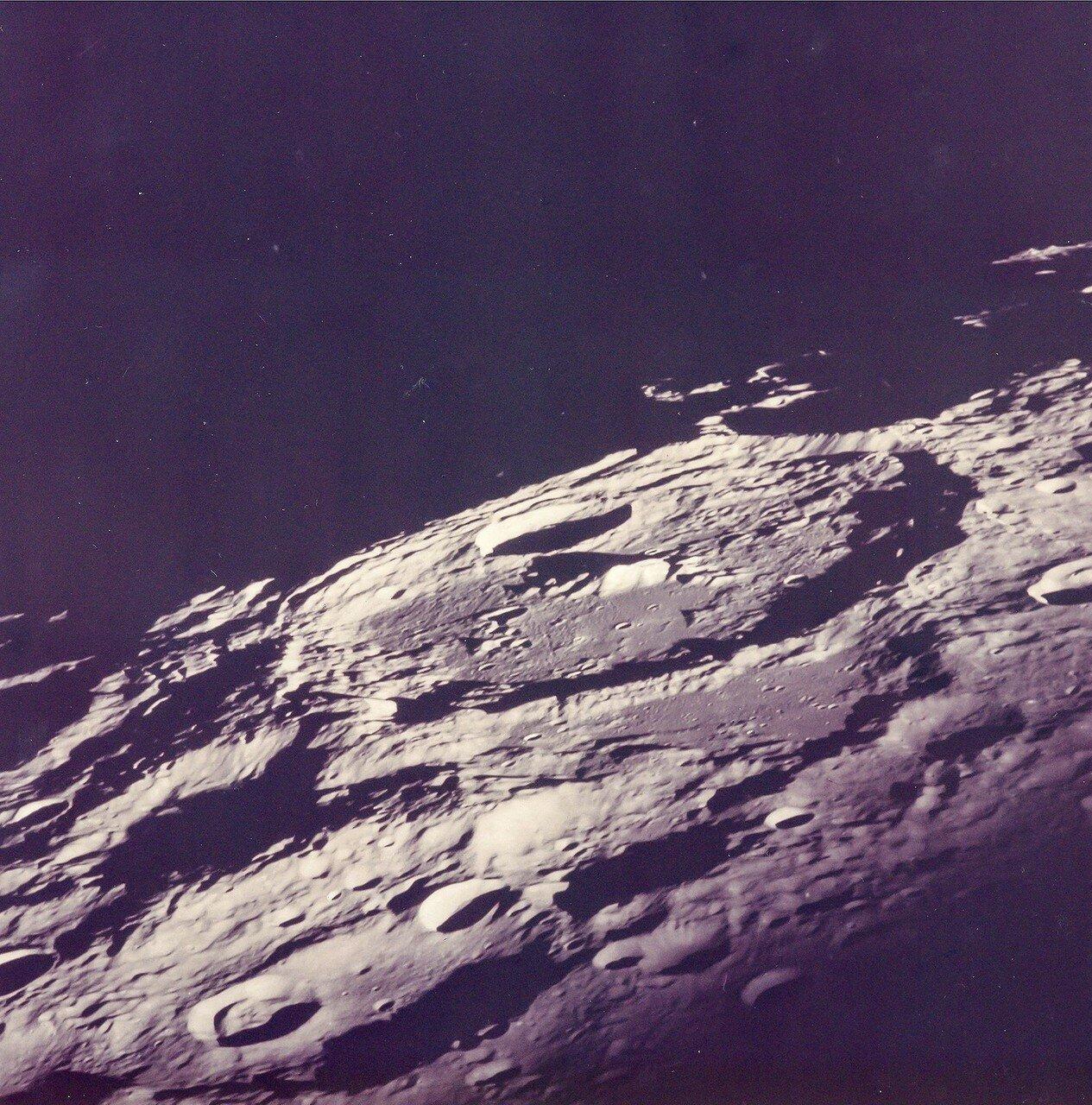 В 18:15 по времени Хьюстона (77:02:39 полётного времени) корабль скрылся за диском Луны. Радиосвязь с Землёй прекратилась. В это время экипаж занимался фотографированием поверхности обратной стороны Луны. На снимке Обратная сторона, снятая во время витка