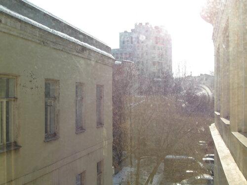 Солнце сквозь грязное окно