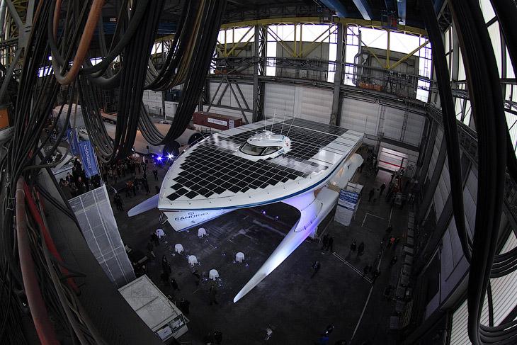 Суммарная площадь фотоэлементов — 600 кв.м, КПД — 22%. Их более чем достаточно для питания электромо