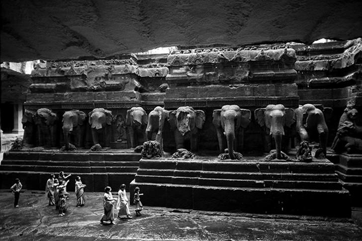 5. Вырубленные в скале слоны в храме Эллора в Индии.