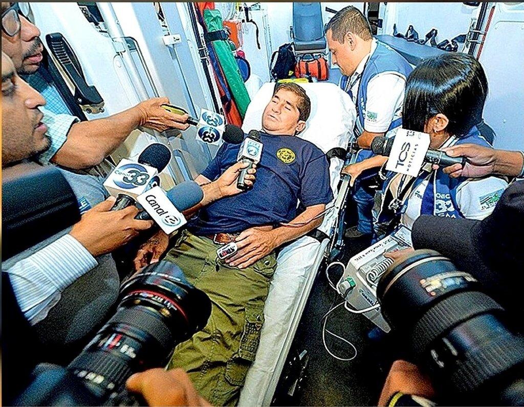 С прессой Альваренга общался неохотно. Даже во время прессконференции в Маджуро отказывался отвечать на вопросы. И лишь благодарил всех, кто за него переживает. Фото AFP EAST NEWS.jpg