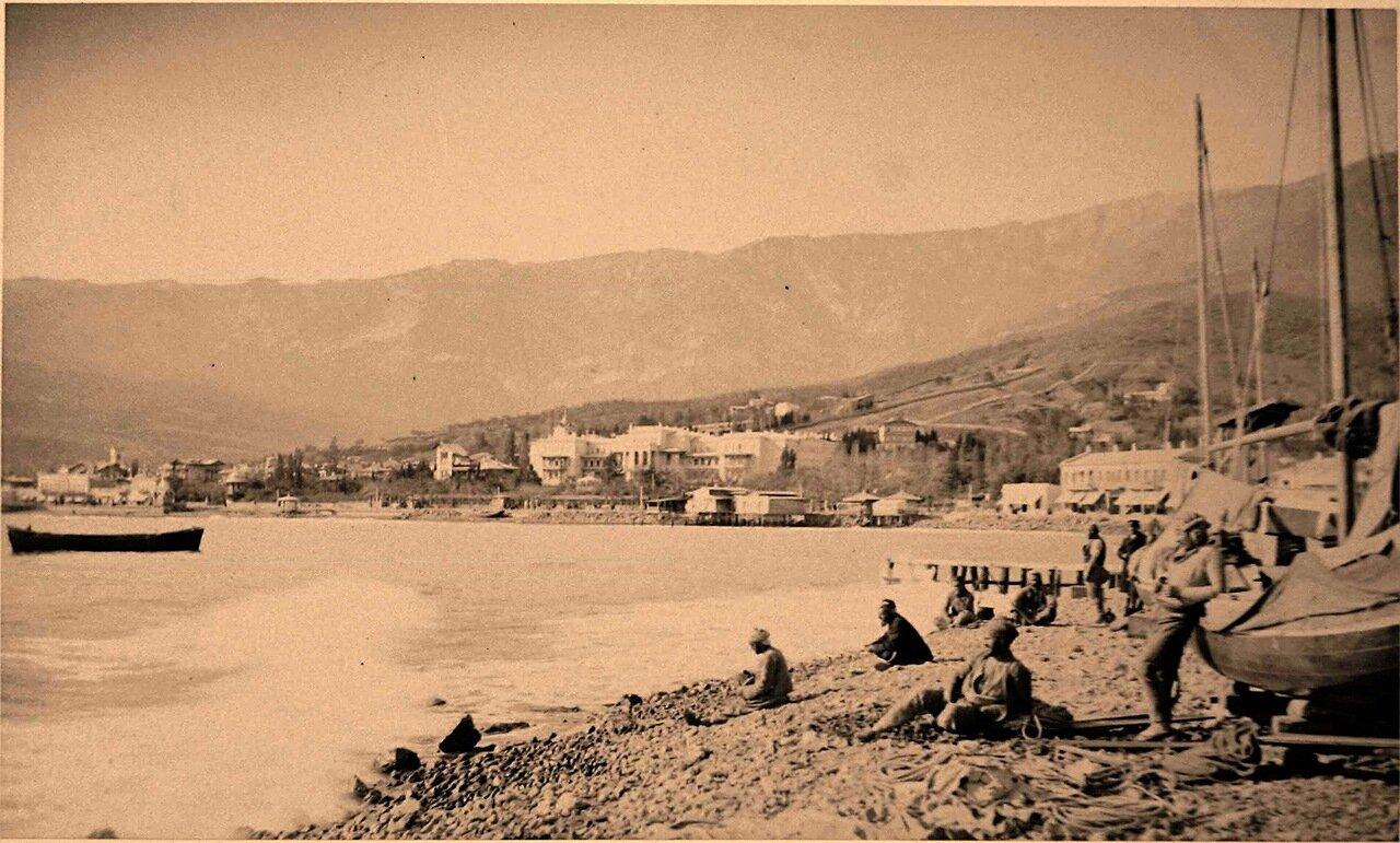 44. Ялта. Местные жители на берегу моря у лодок
