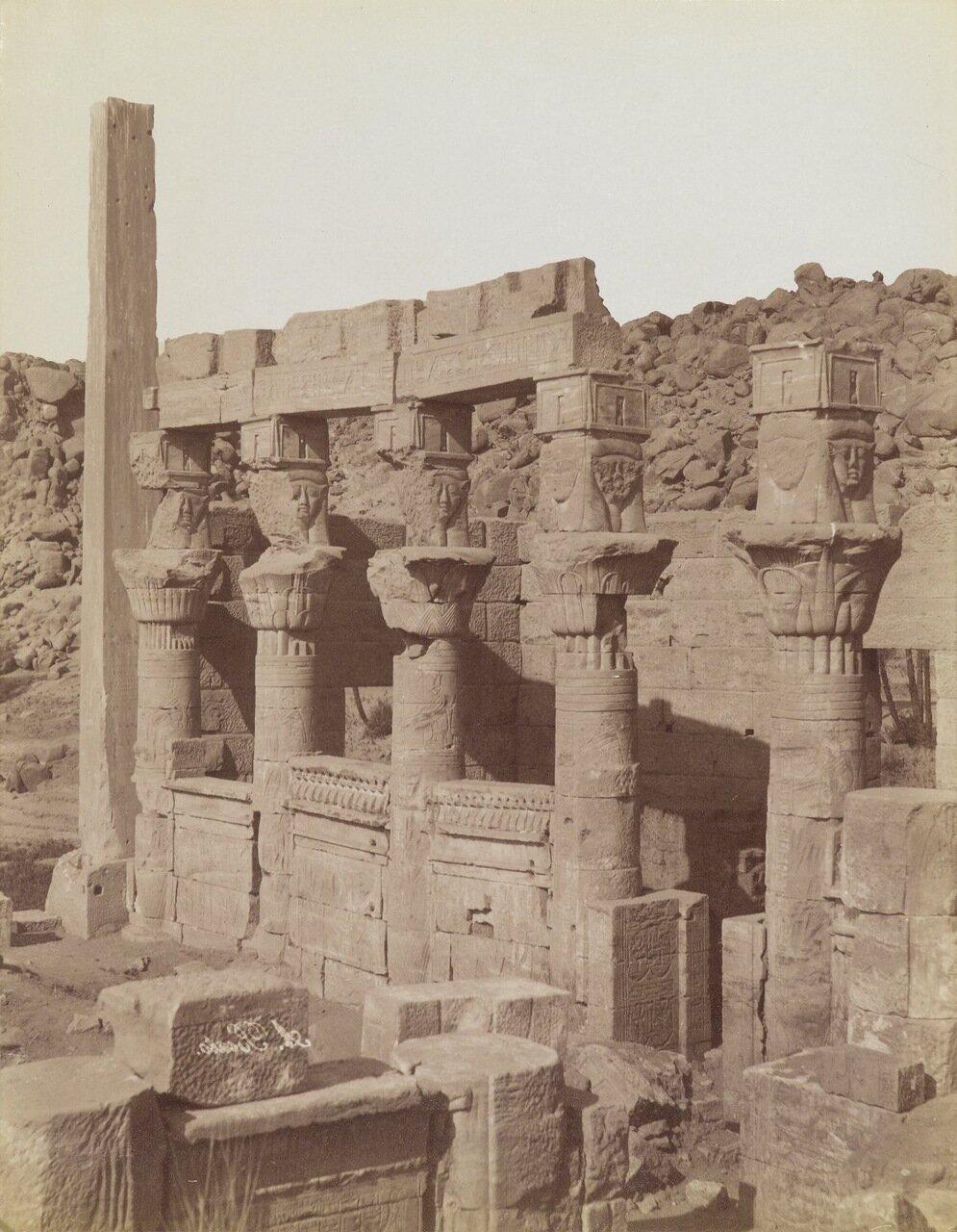 Филе (Вид с северо-востока на юго-западную колоннаду и крыльцо Нектанеб в Храме Исиды)
