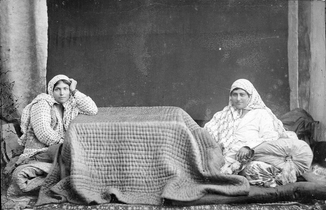 Две сидящие женщины