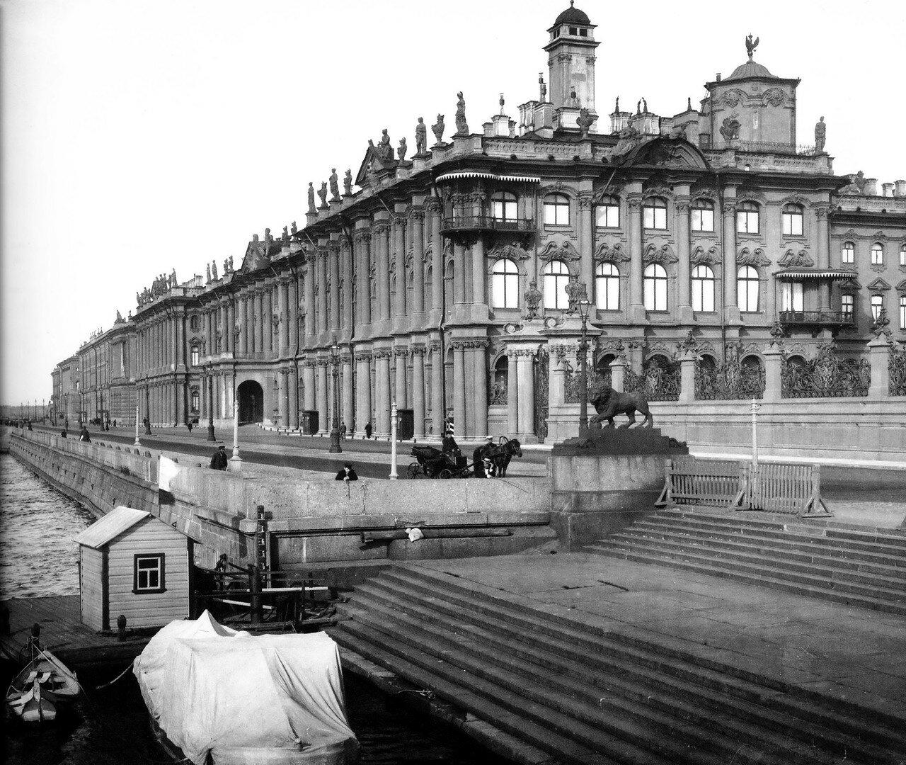 Вид на Дворцовую набережную и Зимний Дворец