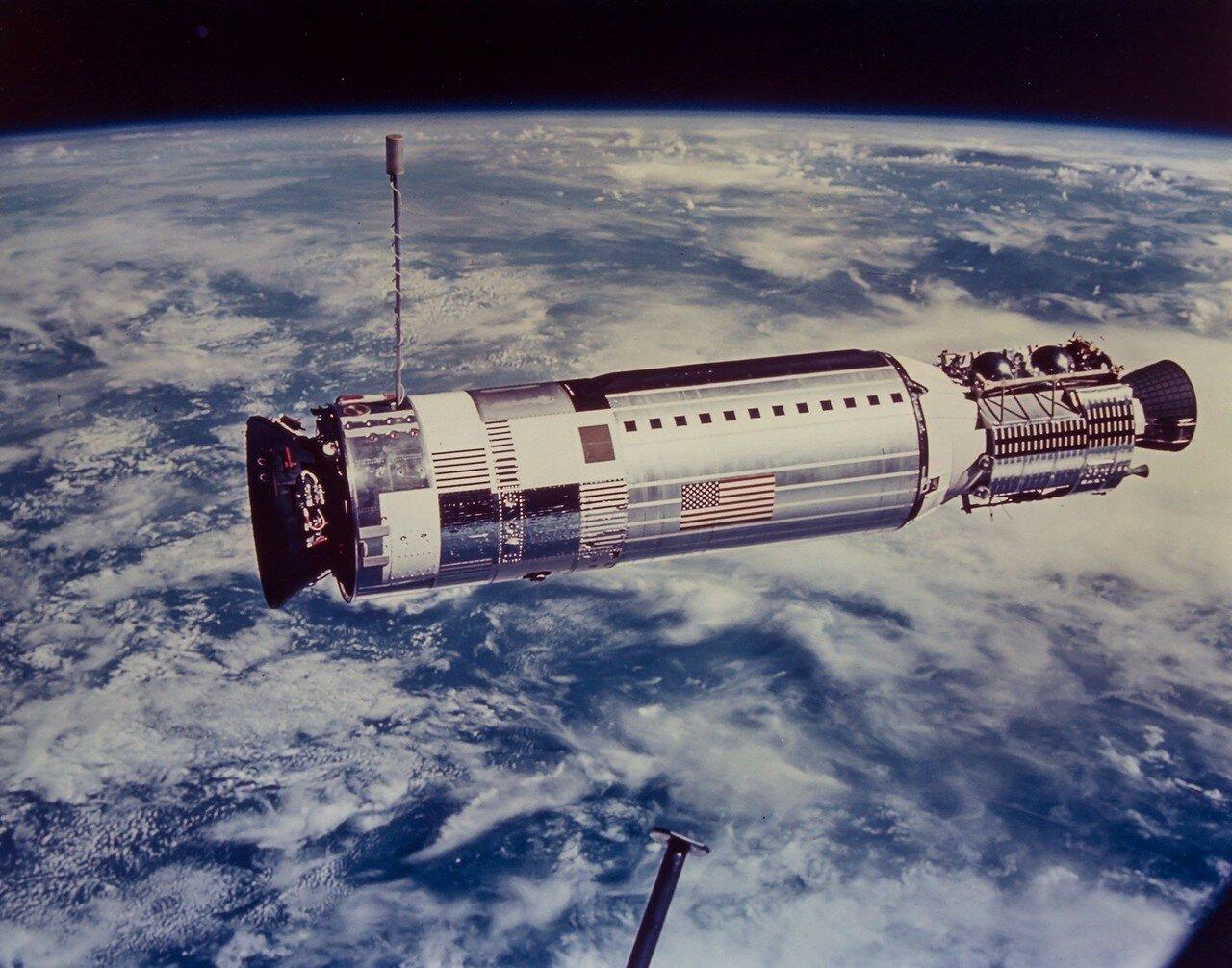 1966, ноябрь. При сближении с мишенью «Аджена-XII» вышел из строя радар и дальнейшее сближение было проведено по методу, который составлял докторскую диссертацию Олдрина в MIT