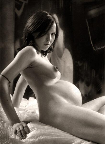 черно-белое фото голой беременной девушки