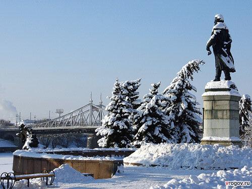 Два главных символа Твери - старый мост и памятник Афанасию Никитину