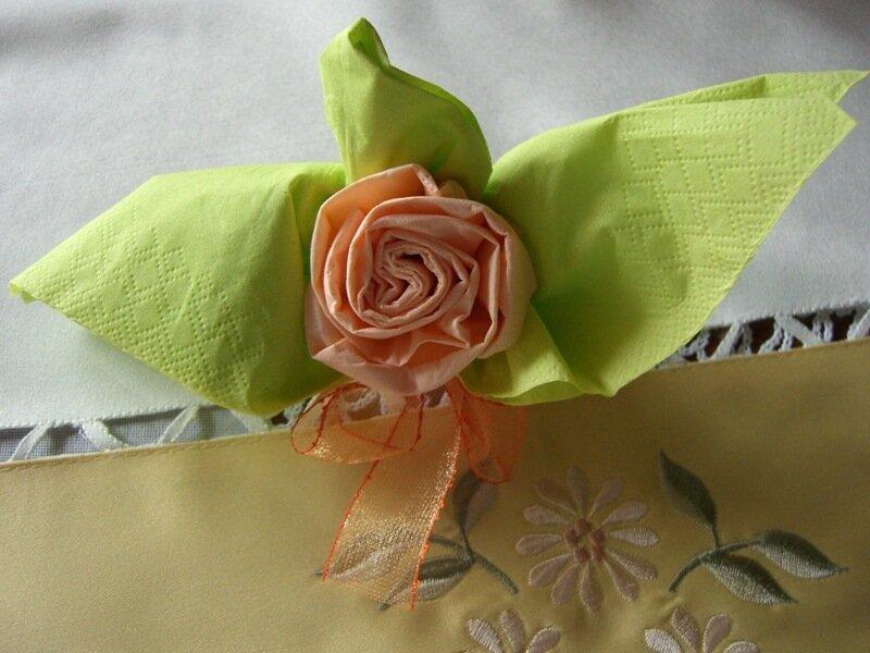 Украшение праздничного стола салфетками. Роза в бокале из салфеток