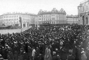 Демонстрация в связи с проводами гроба с телом князя С.Н.Трубецкого проходит по Знаменской площади у Николаевского вокзала.