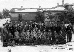 Группа офицеров и солдат гвардейских частей, проходящих пограничную практику.