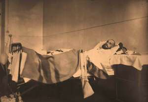 Раненый офицер с переломом бедра в палате госпиталя (лечение вытяжением по Штейману).