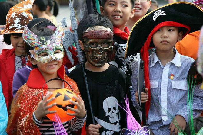 После Рождества, Хэллоуин является вторым по степени коммерциализации праздником в США. Американцы тратят около 6 миллиардов долларов на костюмы, сладости и украшения. (Фото: ChinaFotoPress/Getty Images).