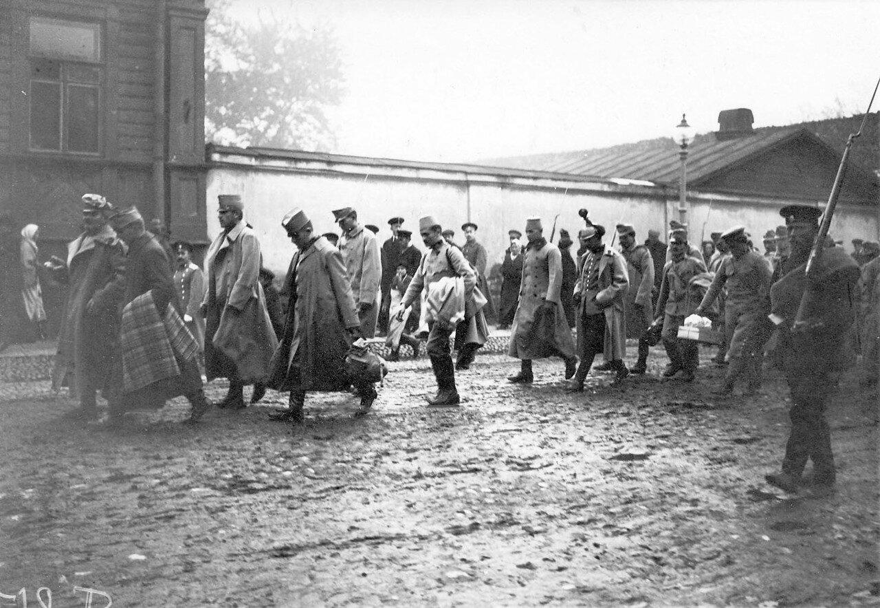 04. Колонна пленных австрийцев в сопровождении конвоя идет по Суворовскому проспекту
