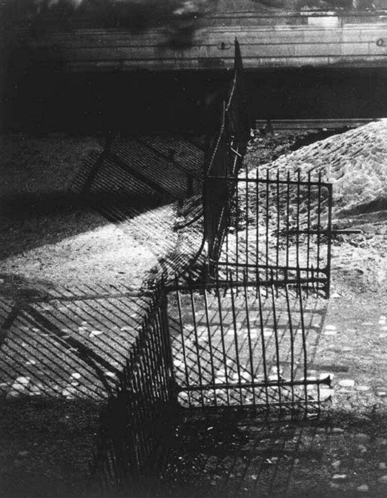 1932. Ворота и тени