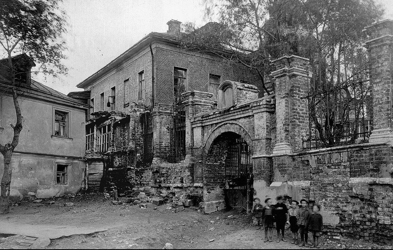 1930-е. У ограды церкви Никиты Мученика
