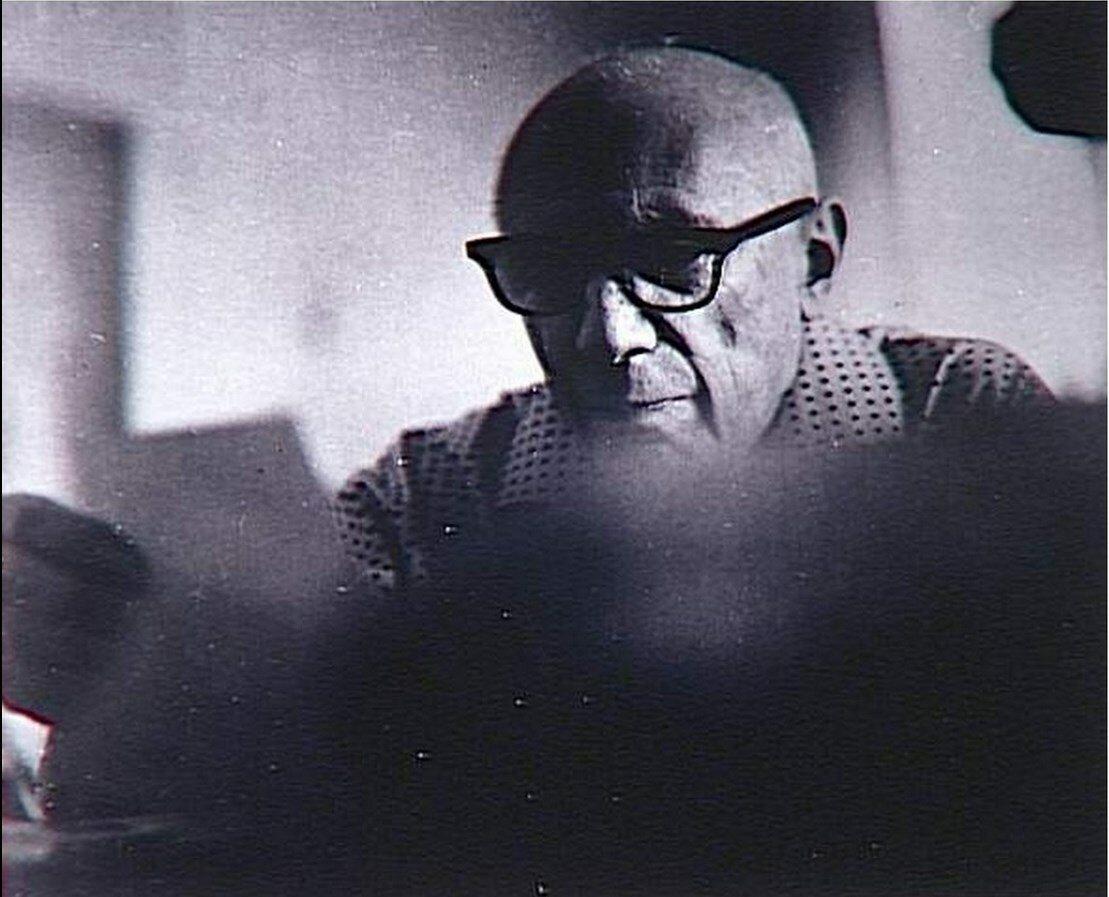 Пикассо разглядывает гравюры