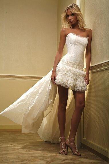 сшить свадебное платье с пышной короткой юбкой.