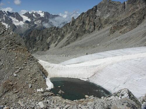 Приледниковое озерцо на склонах п.Шогенцукова
