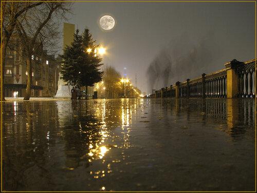 """Весенняя Полночь и полнолуние на набережной города Кемерово.  Коментарий автора:  """"У луны ореол от грязи в объективе."""