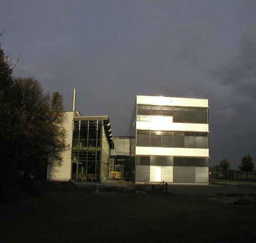 В этом многоэтажном здании Astron MSB не потребовались внутренние колонны, что обеспечило свободу планировки внутренних помещений.  Больше ЛМК в России www.steelbuildings.ru