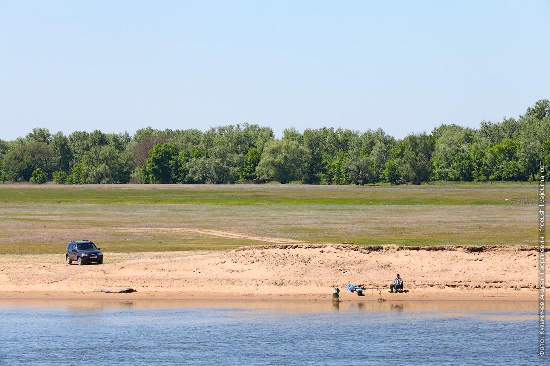 рыбаки на берегу нижней Волги