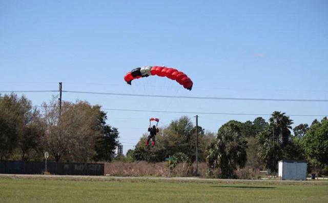 Фотографии столкновения парашютиста и самолета 0 133520 44494385 orig