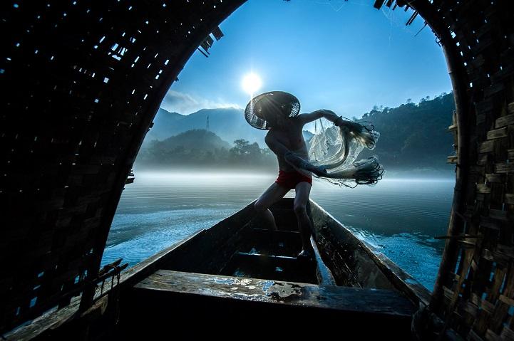 Источник: mymodernmet.com 1. Второе место — «Рыбаки с сетью» (автор: Лиминг Цао, Китай). Рыбаки ловя
