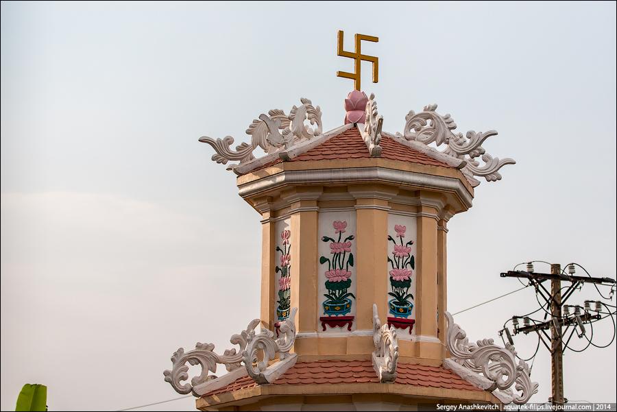 Храм Каолай со свастиками
