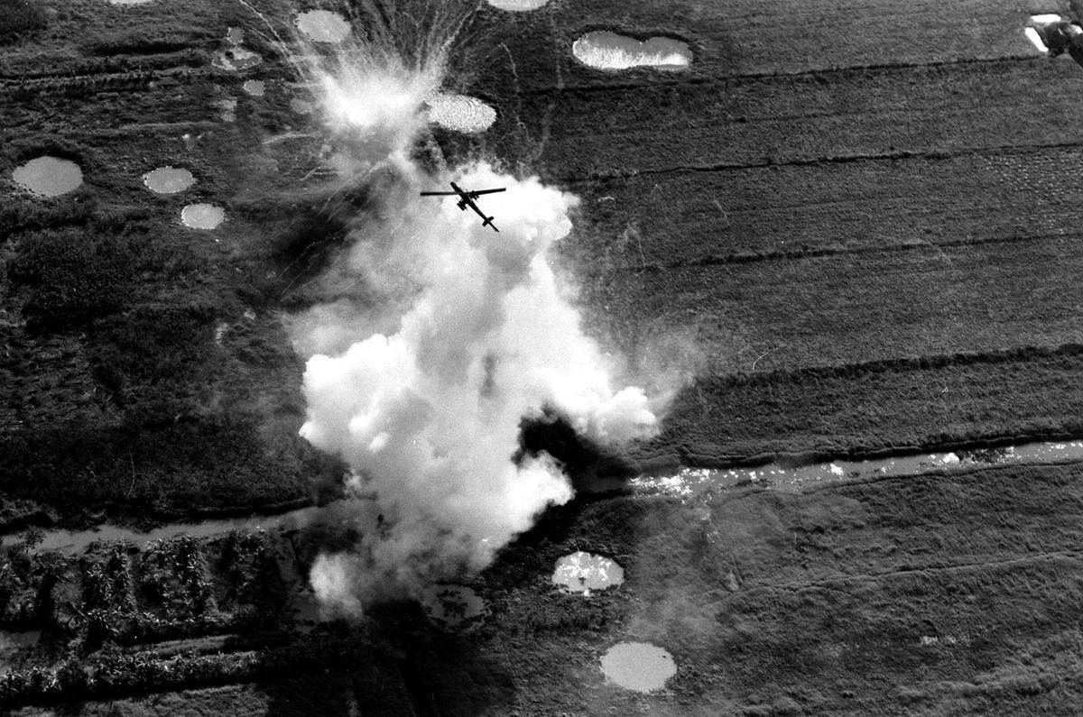 Вертолет армии США наносит ракетный удар по расположениям вьетнамских партизан в дельте реки Меконг