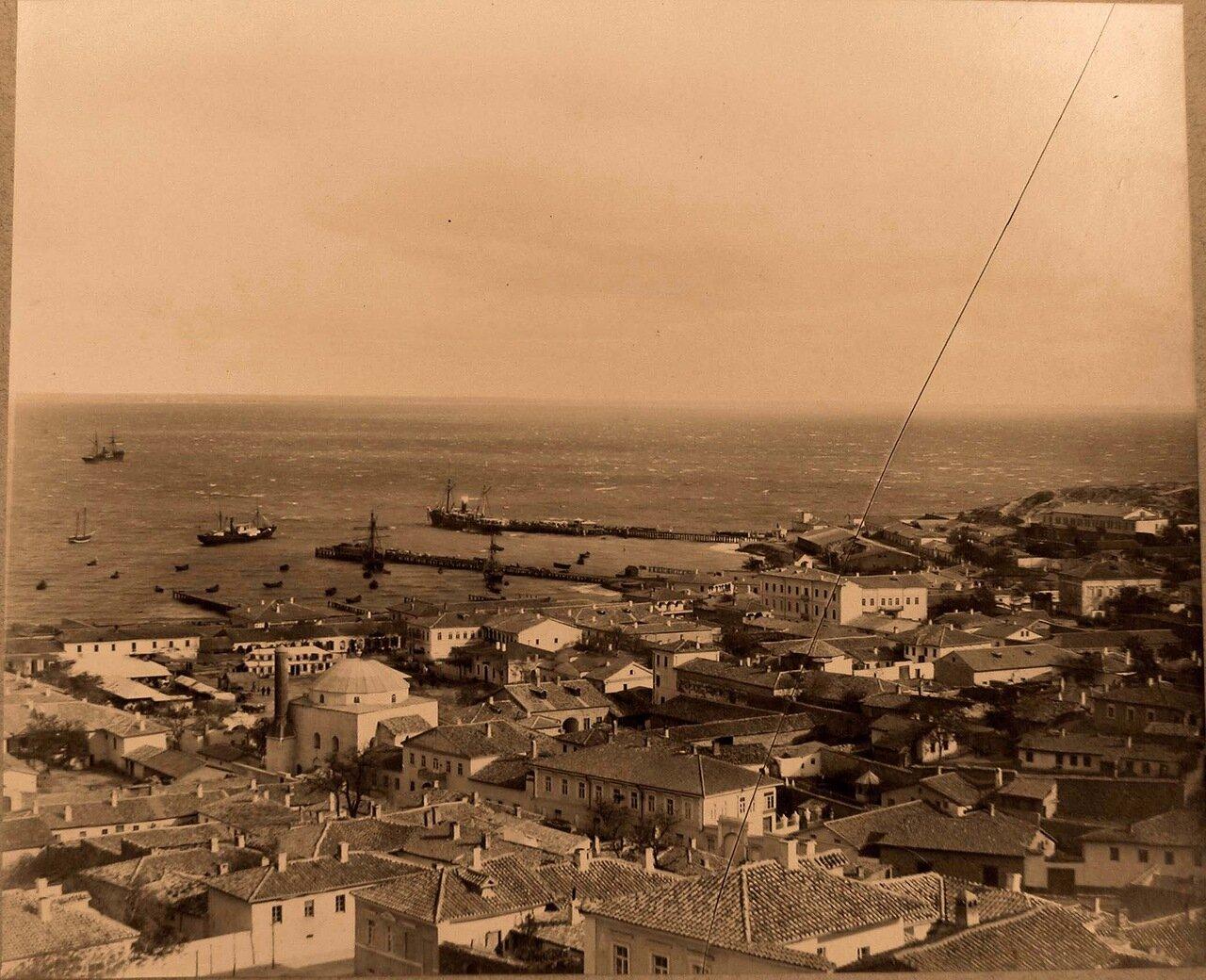 54. Феодосия. Панорама прибрежной части города; слева - мечеть Муфтий-Джами и минарет