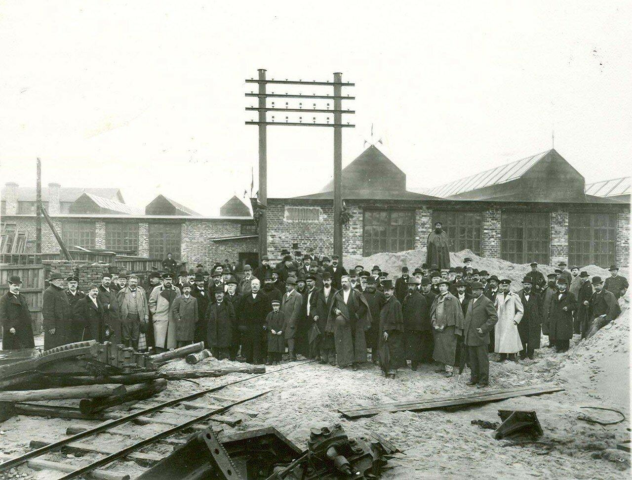 24. Члены общества в сопровождении служащих и рабочих завода обходят заводской двор