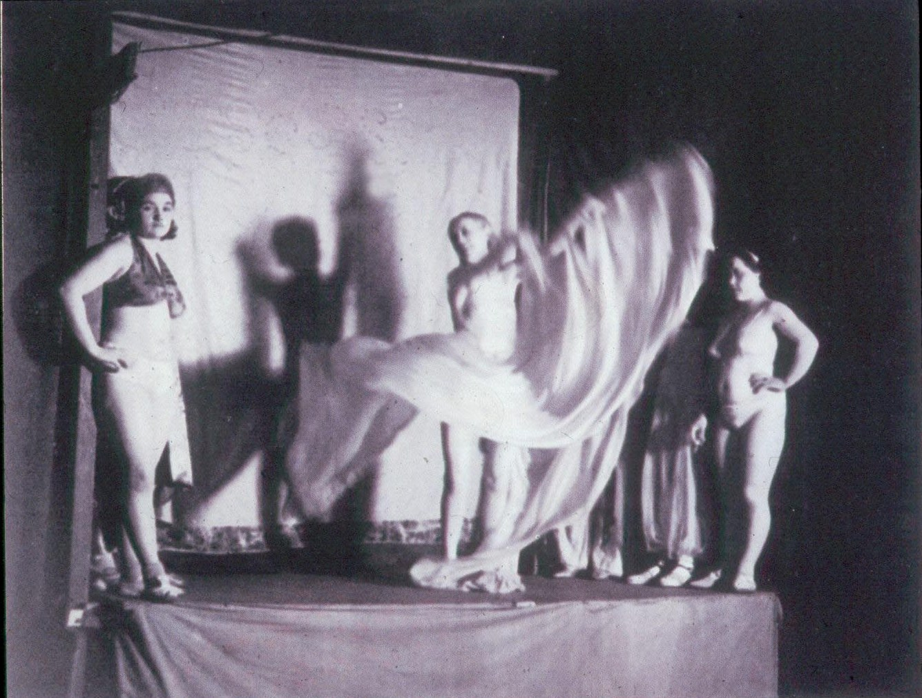 1932. «Жена Гориллы» танцует в стиле Лои Фуллер. Площадь Италии