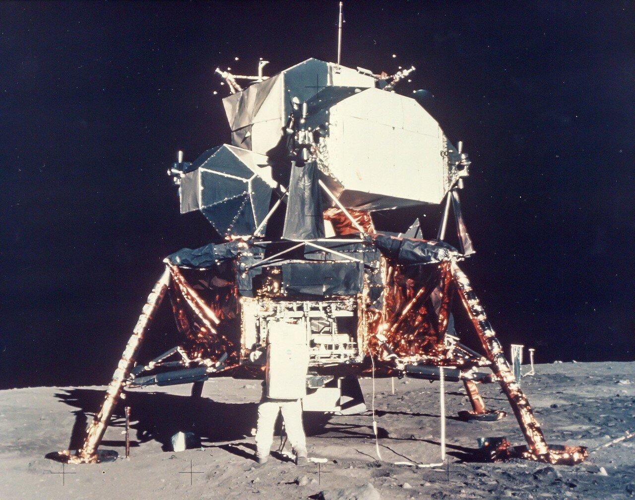 Дальше по плану нужно было разместить комплект научных приборов, состоявший из пассивного сейсмометра и уголкового отражателя для лазерной локации Луны. На снимке: Базз Олдрин распаковывает научное оборудование
