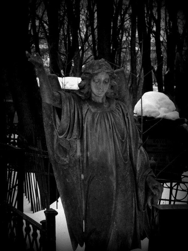 Статуи Введенского кладбища