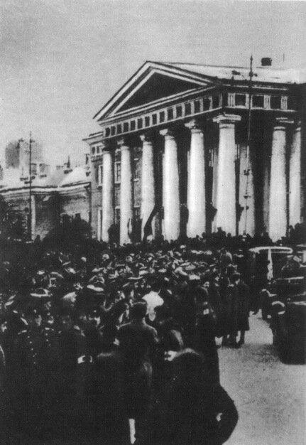 Манифестация представителей революционных частей гарнизона перед Государственной думой
