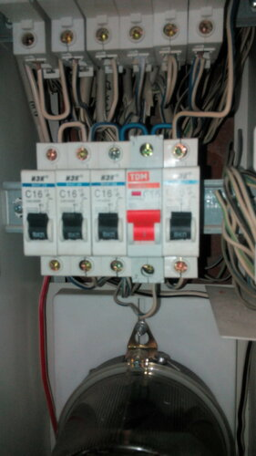Срочный вызов электрика аварийной службы в квартиру из-за подгорания автоматического выключателя в щите