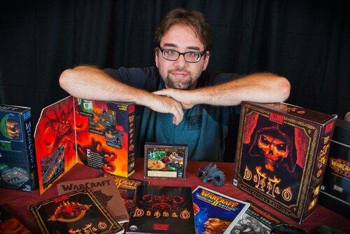 Дэвид Крэддок (David L. Craddock) среди своей коллекции Diablo и игр Blizzard