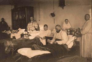 Раненые в палате за обедом.