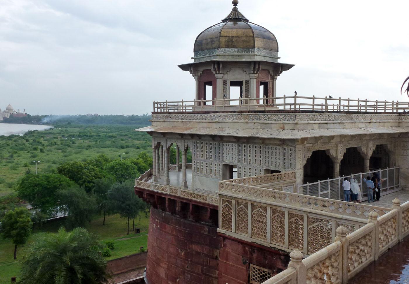Фотография 7. Отчеты о поездке в Агру - самый знаменитый город Индии. Башня Мусамман-Бурдж, в которой был заточен шах, построивший Тадж-Махал.