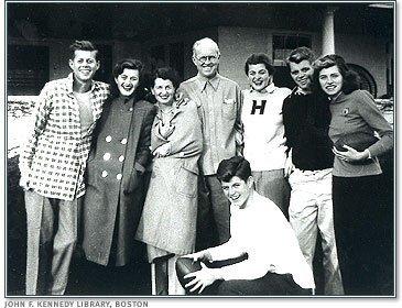 Семья Кеннеди: Джон, Джоан, Роза, Джозеф, Патриция, Юнис и Тед, 1948 год