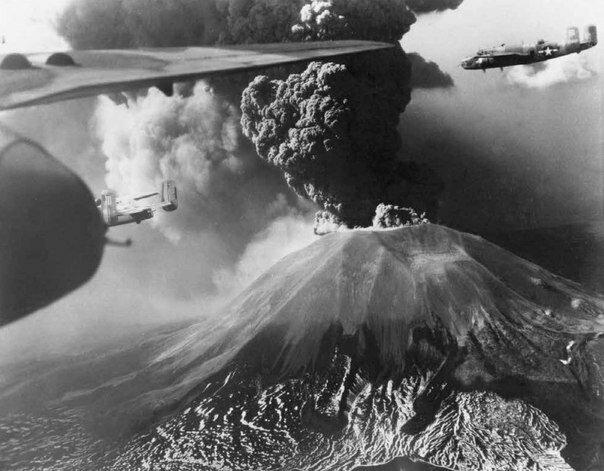 Фотограф ВВС США. В-25 Митчелл пролетают мимо извергающегося вулкана Везувий. 18-23 марта 1944.jpg