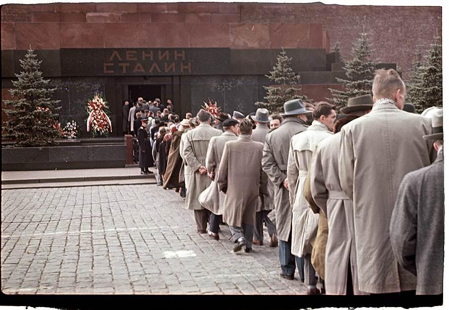 1960 Очередь в мавзолей Бальтерманц.jpg