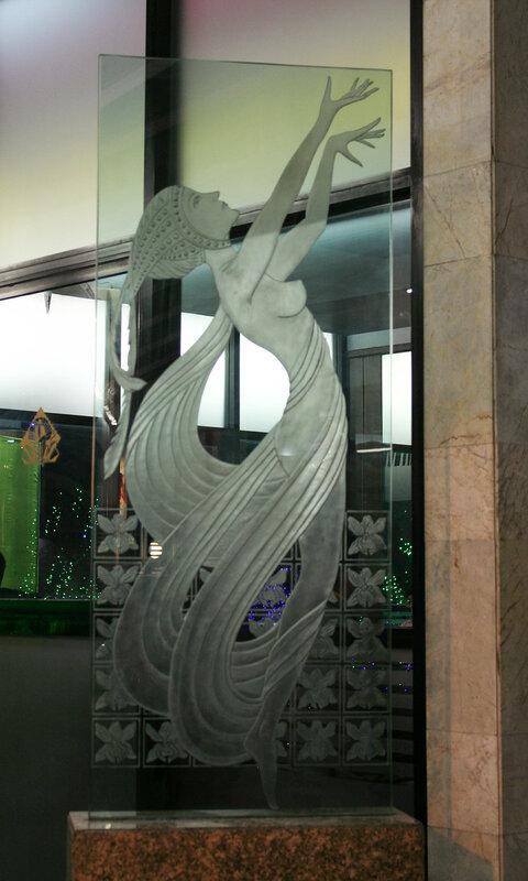 Фигура на стекле у входа